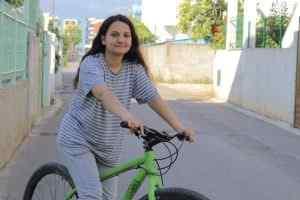 Vajza me biçikletë.