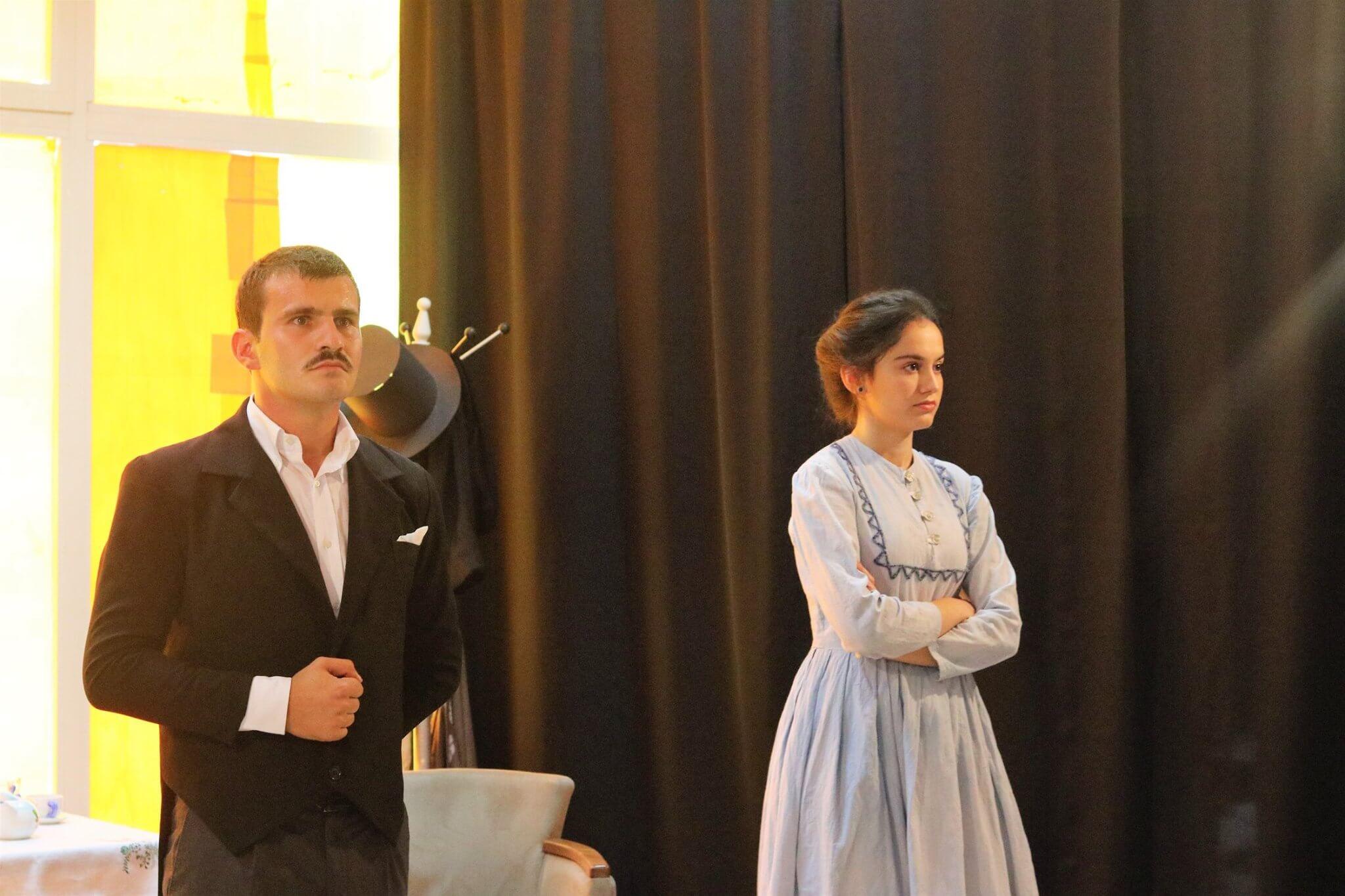 """Shfaqja """"Propozimi"""", e vënë në skenë më 2017; në role Ervis Biba dhe Xhesika Leka. Foto: Alban Tufa."""