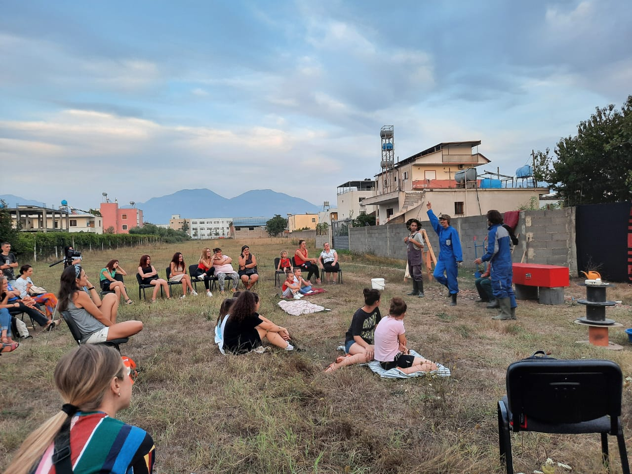"""Shfaqja """"Vidh një çikë më pak"""" në Kamëz, shtator 2020. Foto: Aurora Leka."""